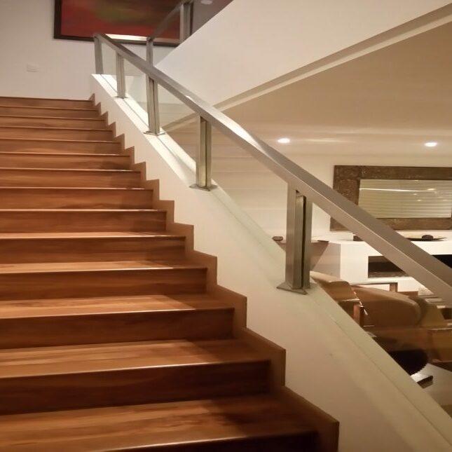 escaleras de madera con barandales